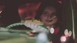ラナ・デル・レイ、新曲「White Mustang」のMVでLAの街を駆け抜ける