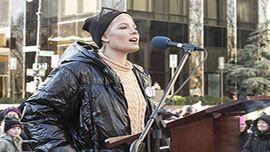 ホールジー、「女性たちの行進」デモのスピーチで悲痛な告白